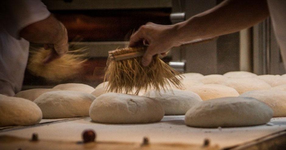 Pracownik przy pracy nad chlebem
